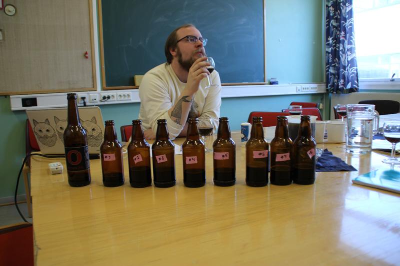 """Bioteknologistudent prøvesmaker øl"""" width=""""800"""" height=""""533"""" /> Den sensoriske analysen er viktig. Her smaker student Martin Borud på åtte forskjellige brun ale-øl brygget ved ulike meskeotemperaturer og med ulike gjærsopper. Foto: Institutt for bioteknologi/NTNU"""