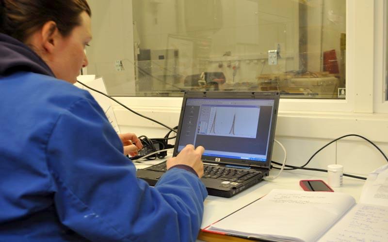 Natriuminnholdet i ulike prøver måles.