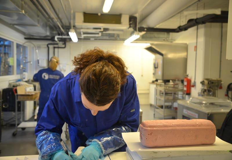 Prøver av kokt skinke analyseres på laboratoriet.