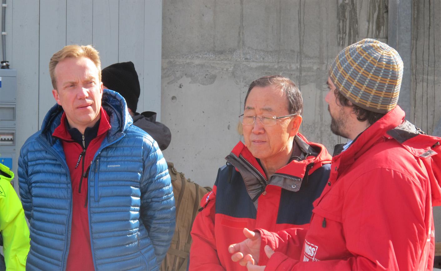 FNs generalsekretær Ban Ki-moon var i Oslo tidligere i uken, som deltager på den internasjonale utdanningskonferansen. Etter konferansen reiste han til Svalbard for å ta klimaendringene i øyesyn. Som en del av svalbardoppholdet, besøkte Ki-moon og Børge Brende m.fl., forsøksoppsettene til Ocean-Certain i Ny-Ålesund. Her forteller Øystein Leiknes fra Institutt for biologi ved NTNU om forsøkene de gjennomfører som en del av Ocean-Certain-prosjektet. Foto: Olav Vadstein.