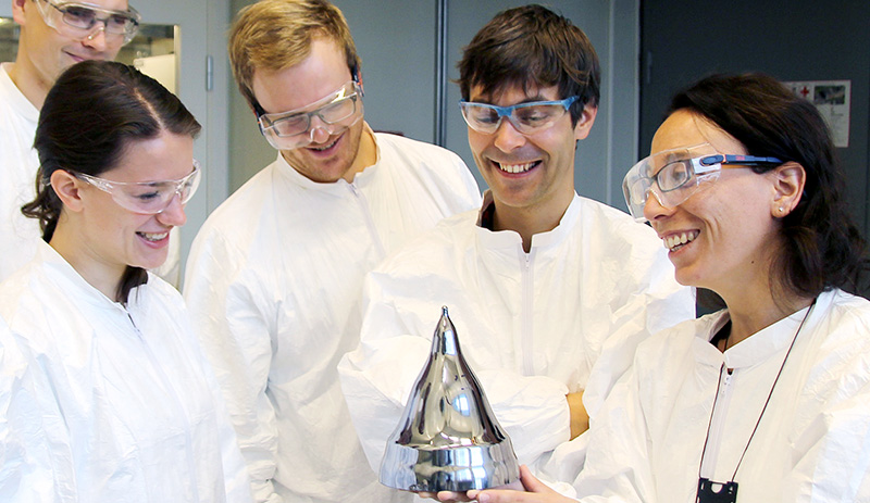 Professor Marisa Di Sabatino Lundberg (to the right) showing a monocrystalline ingot at the lab. Foto: Per Henning / NTNU