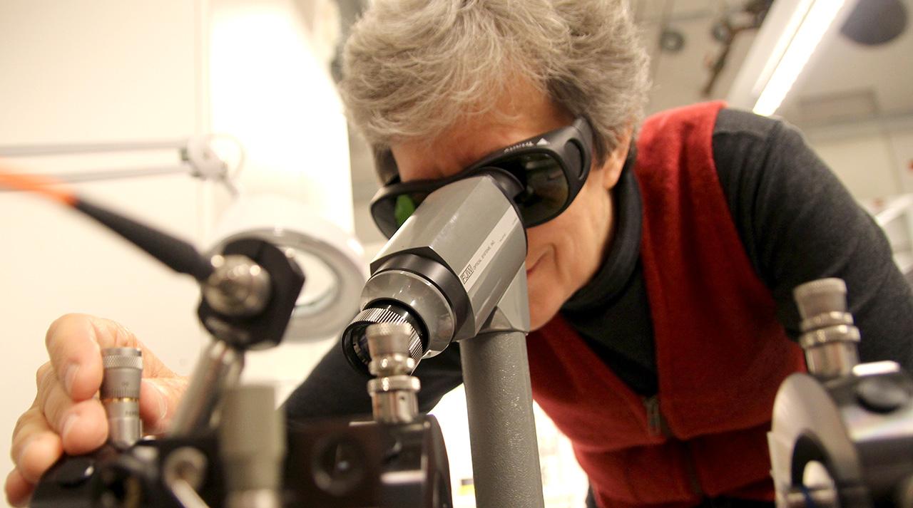 Min veileder, professor Ursula Gibson, undersøker en av de nyutviklede fibersolcellene