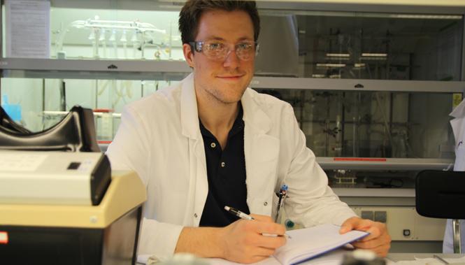 Thomas A. Bakka, stipendiat ved Inistitutt for kjemi ved NTNU, forsker på nye kjemiske forbindelser som kan ha medisinske bruksområder mot antibiotikaresistens. Foto: Per Henning / NTNU