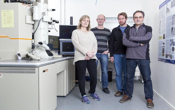 Randi Holmestad, Antonius von Helvoort, Bjørn Gunnar Soleim og John Walmsley  fra TEM Geminisenter er en del av hovedteamet som drifter de nye TEM-mikroskopene. Foto: Ole Morten Melgård