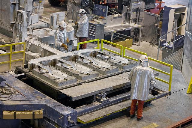 Støping av valseceller på Høyanger Metal Plant. Foto © Norsk Hydro