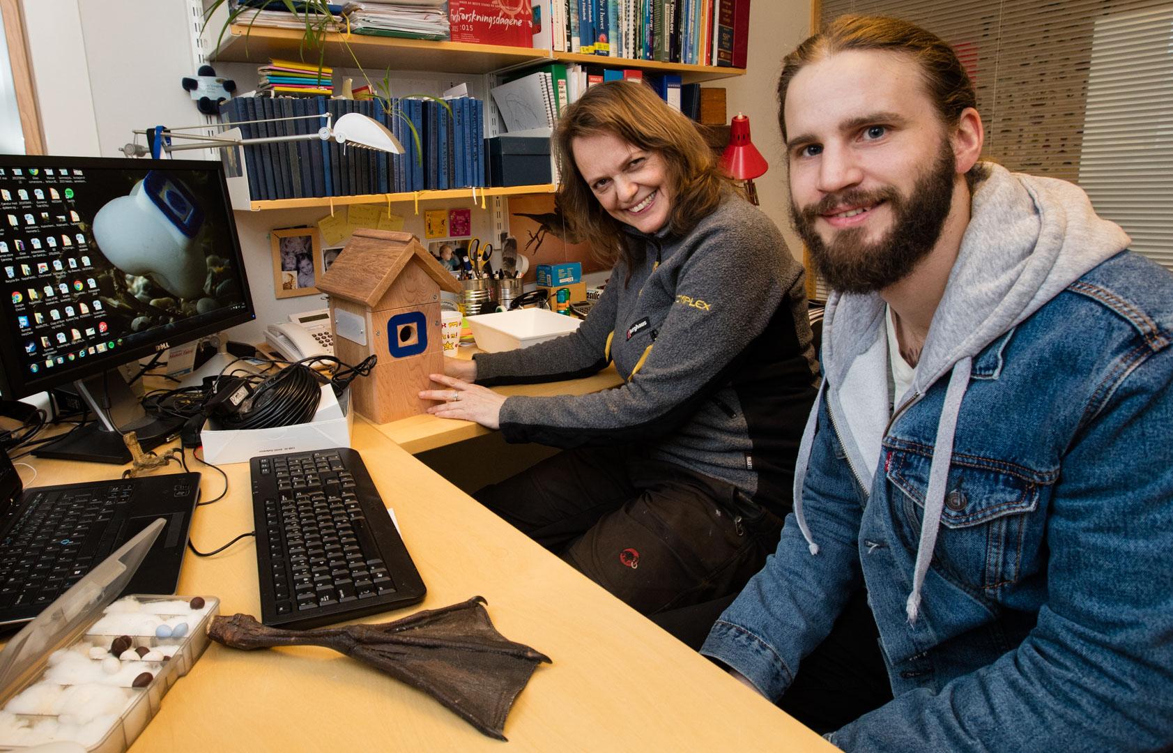 Forberedelser til oppheng. Masterstudent Nils Håkon Pettersen vec Institutt for biologi og jeg tar en siste finpuss på detaljene.