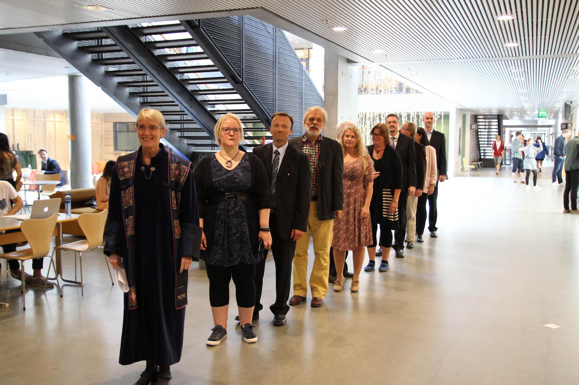 Fakultetsledelse og vitenskapelig ansatte møter opp for å hilse studentene velkommen. Når den akademiske prosesjon kommer inn i auditoret, reiser alle i salen seg. Foto: Pernille Feilberg.