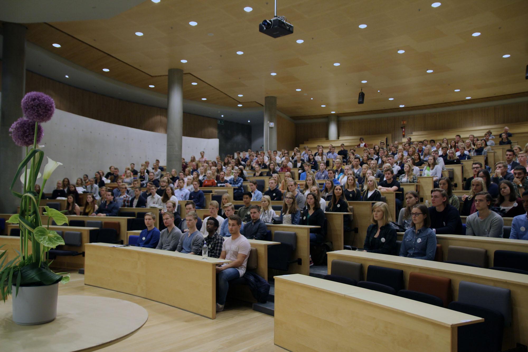 Fullsatt sal under immatrikuleringsseremonien ved fakultetet. Foto: Pernille Feilberg / NTNU