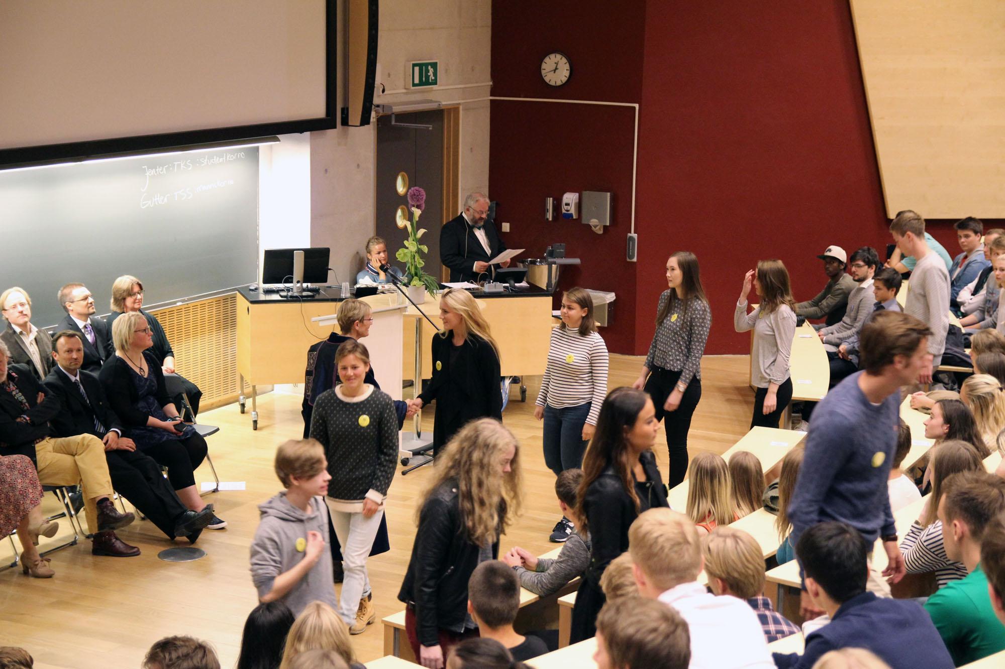 Immatrikuleringen er en høytidelig seremoni hvor alle studentene blir ropt opp ved navn, og håndhilser på en representant for fakultetsledelsen. Foto: Pernille Feilberg / NTNU