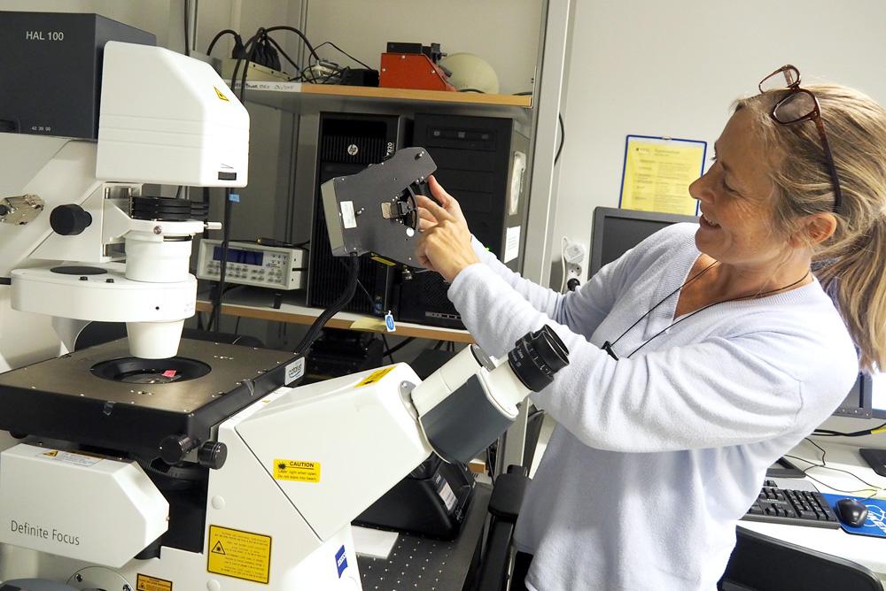 Senioringeniør Astrid Bjørkøy ved Institutt for fysikk viser fram en av AFM-ene som er i bruk ved instituttet. Den brukes i hovedsak til å undersøke biologiske prøver, som for eksempel celler, hydrogeler og ulike typer makromolekyler. Foto: Per Henning / NTNU.